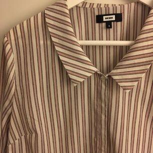 Skjorta från Bik bok, lite oversize. Använt fåtal gånger.