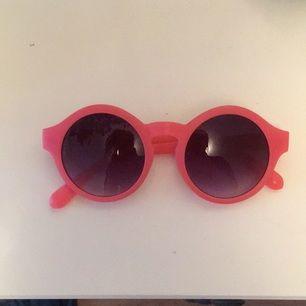 Säljer mina rosa asballa solglasögon eftersom att min lägenhet svämmar över av solglasögon ;)  På bild nr 2 så ser glajjorna lite orange/röda ut men de är rosa som på den första bilden.  Fraktar och möts upp!😊 Tar gärna emot swish