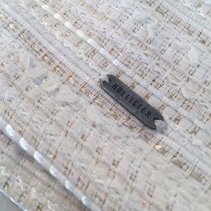 Jäättefin kjol från Hollister! En av mina favoriter som tyvärr är för små för mig nu. Så fin och perfekt till sommaren. Originalpris låg på runt 600kr. Bilderna ger inte rättvisa! Väldigt fint skick!