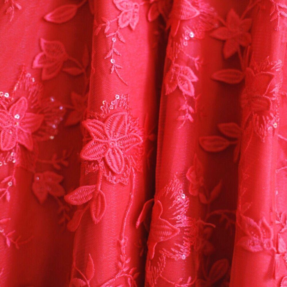 Kort, röd klänning med tyllkjol och vackra blomdetaljer från Chi Chi London. Öppen rygg/mesh med två knappar och dold dragkedja baktill. Nypris 900 kr. Storlek UK 8 Petite. Midjemått ca 65 cm, längd 80 cm. . Klänningar.