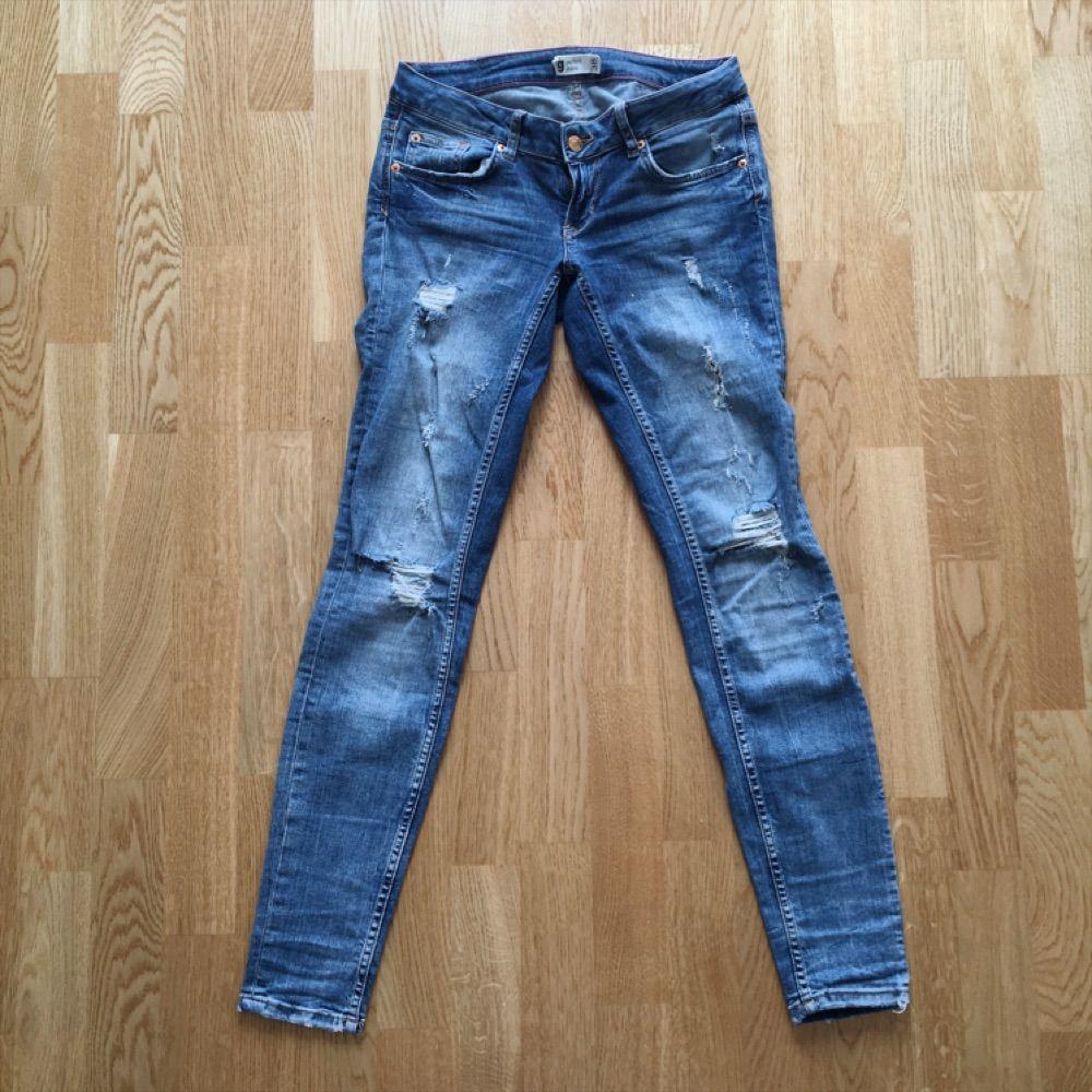 2d16cfc2694f Jeans med slitningar och hål fr - Gina Tricot Jeans & Byxor - Second ...