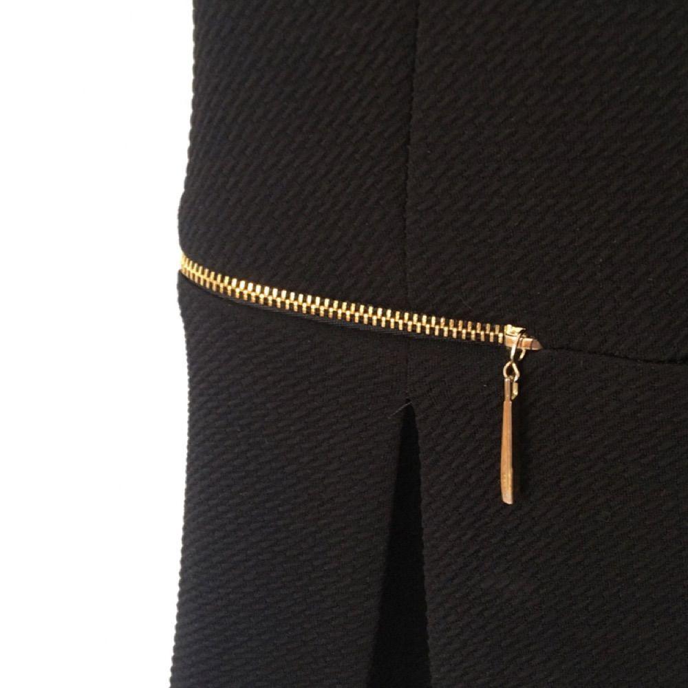 Enkel och snygg svart klänning med guldiga detaljer. Klänningar.