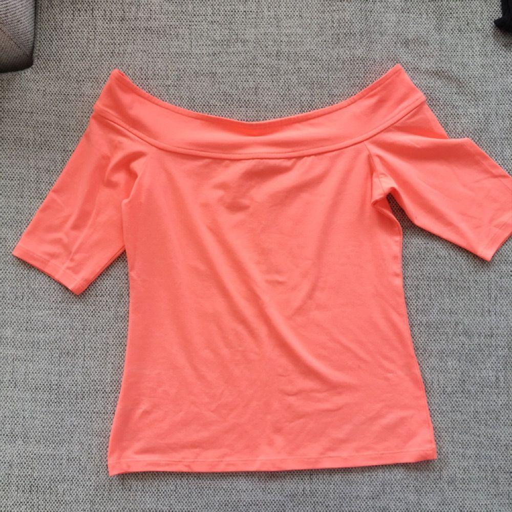 Neonorange (bilden gör inte färgen rättvisa) off shouldertröja från River Island. Använd endast ett fåtal gånger. Toppar.