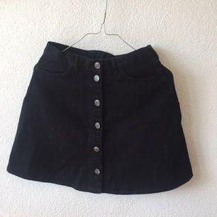 Svart kjol Monki Strlk 34 /S  (Finns att hämta i Sthlm)  Andra bilden är till för att se hur den sitter! 🌹🌹