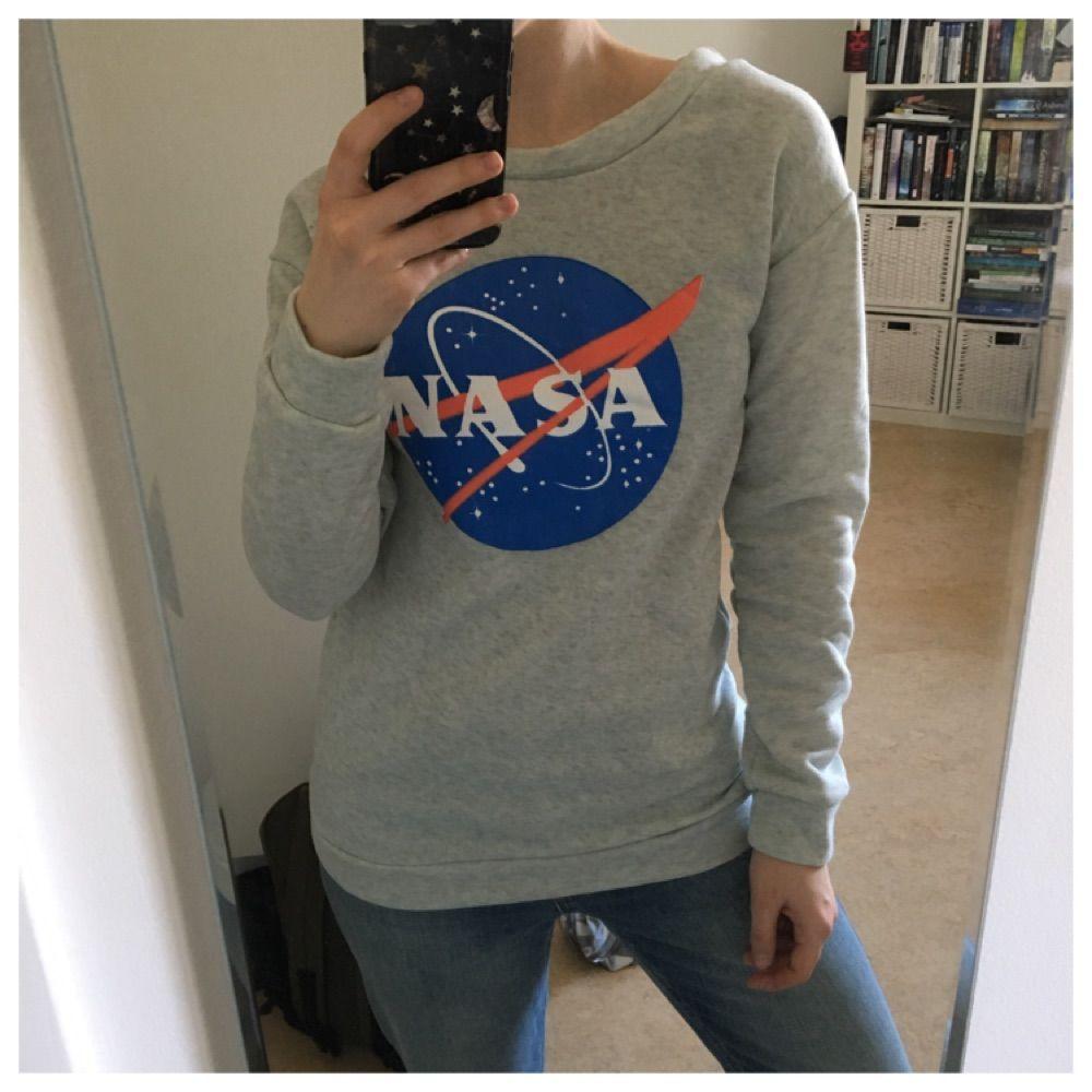 Tröja med NASA motiv. Fleece-material på insidan. Köparen står för frakt.. Huvtröjor & Träningströjor.