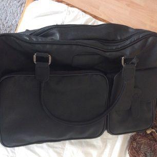 Mycket rymlig resväska med många smidiga  fack. Påsar till skor och resenecessär ingår!