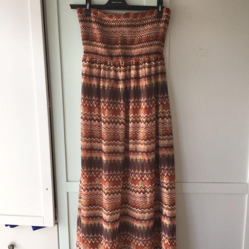 90cfb88f8126 Mönstrad långklänning från Vero - VERO MODA Klänningar - Second Hand