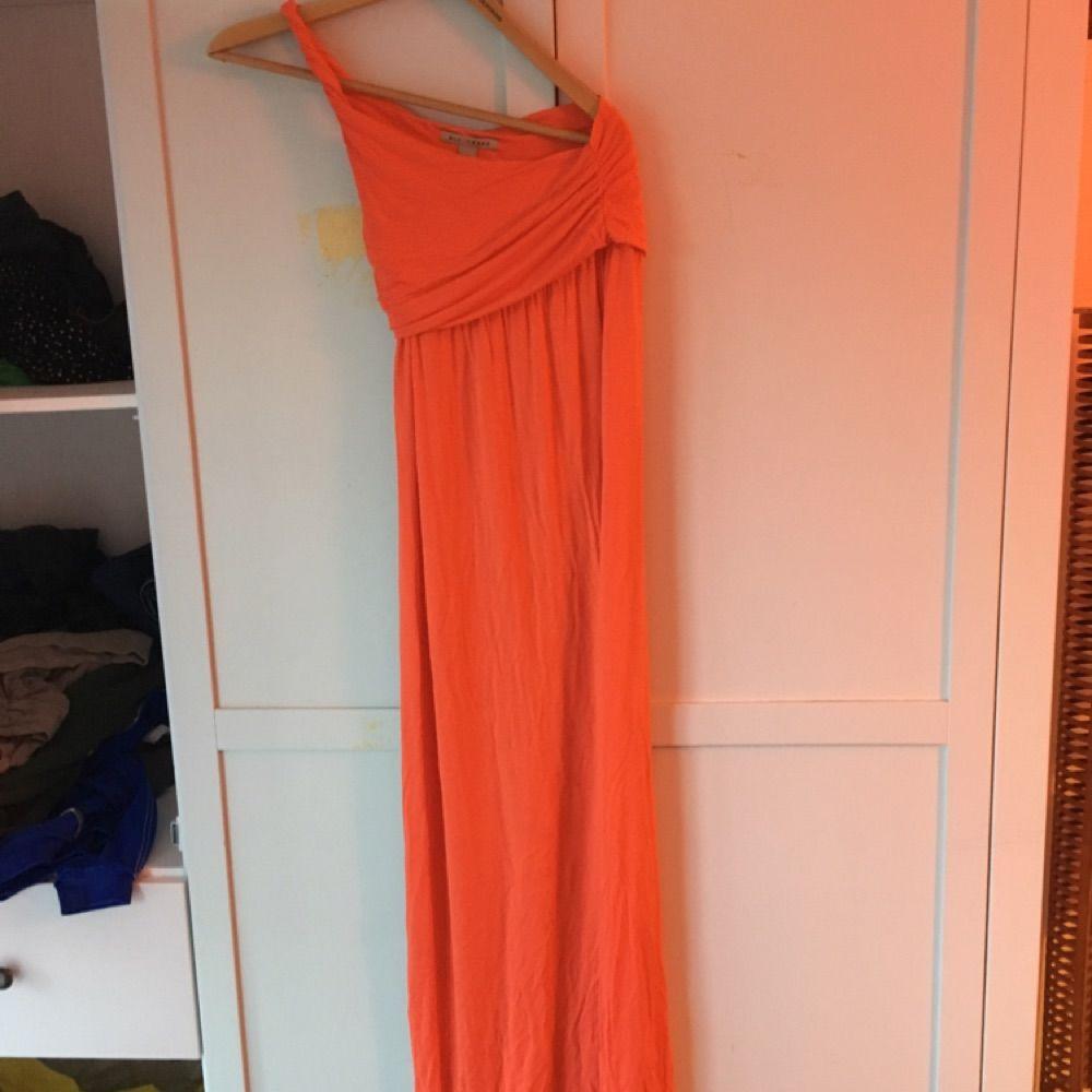 f97ba294d027 Orange långklänning från Nelly - Klänningar - Second Hand