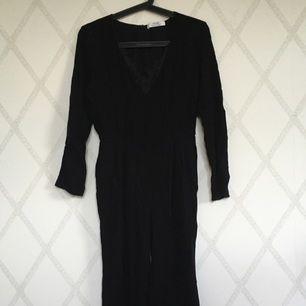 Jättefin dress från Mango. Skirt material med spets och v-ringning. Helt oanvänd. Frakt tillkommer.