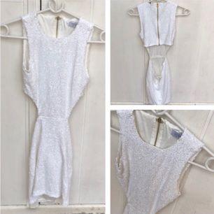 En oanvänd klänning med paljetter, cut outs och öppen rygg, i storlek XS. Kan skickas, betalning via swish! 💗