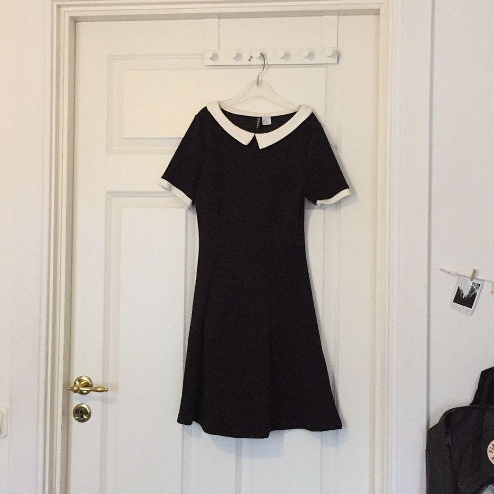 7d9c750a09f2 Svart ribbad klänning med vit krage samt vitt längst ut på ärmarna från H&M.