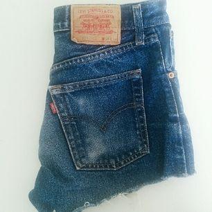 Levi's jeansshorts med nitar köpta i London. Storleken är 30 i midjan, tycker de passar en S-M.