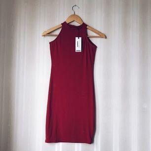 Turtleneck klänning i röd. Köparen står för frakten