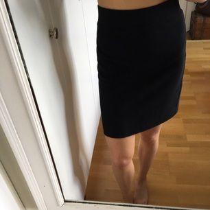 Snygg svartkjol i lite tjockare glansigt material (se bild tre) med dragkedja baktill, storlek medium men passar säkert en large också👌🏻möts gärna upp i Göteborg alternativt så står köparen för frakten.