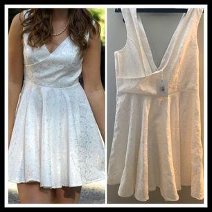 Dry Lake, vit helt ny klänning med lappar på! Strl L. Supersnygg och perfekt till studenten!  Frakt tillkommer på 45kr.