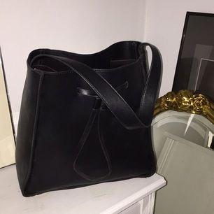 Sparsamt använd väska från Forever21. Frakt tillkommer.