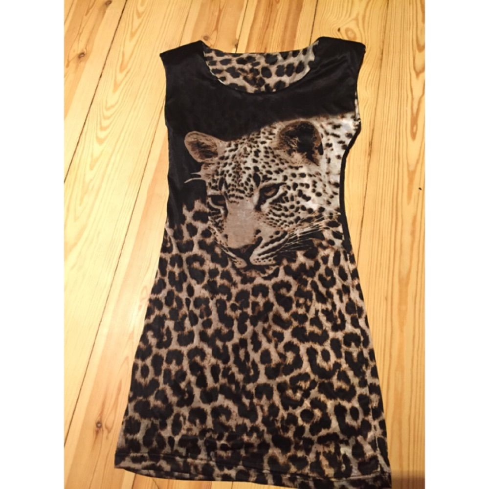 Kort klänning Det finns axelvaddar 40kr+(35kr frakt) . Klänningar.