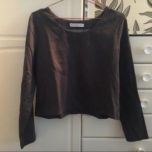 Jättefin tröja från Rodebjer i mocka-imitation. Mörkt grå med rund ganska djup ringning. Kort modell med fullånga ärmar. Storlek S. Väldigt fint skick och köptes för ca 1000kr.