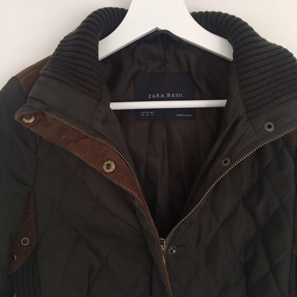 Vår/höstjacka från Zara i snygg grön färg med bruna och guldiga detaljer. Fint skick. Jackor.