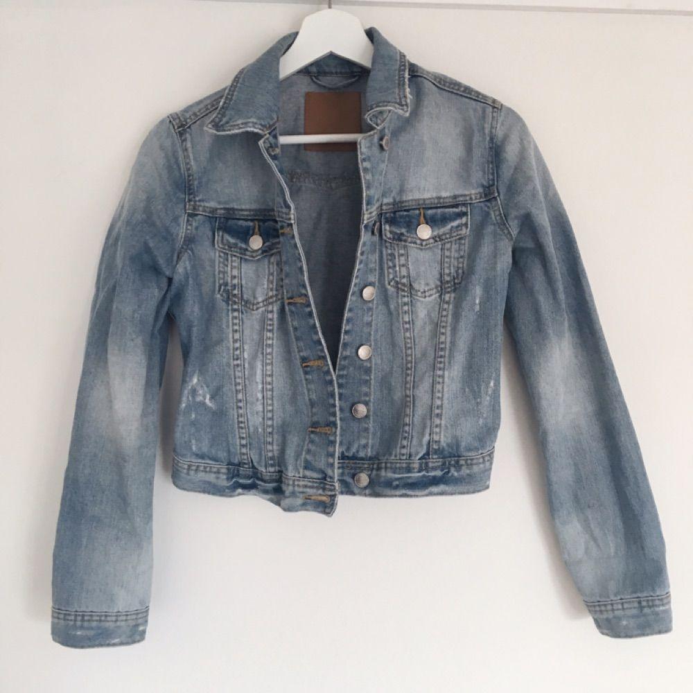Snygg jeansjacka med fakeslitningar från Gina Tricot. Fint skick. Jackor.