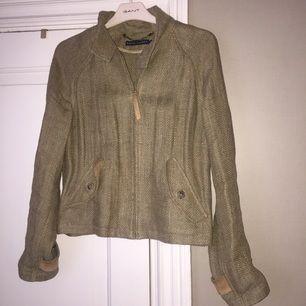 Jacka i 100% linne från Ralp Lauren med detaljer i ljusbrun mocka. Nypris var drygt 6.000kr. Skicka meddelande om du önskar fler bilder!