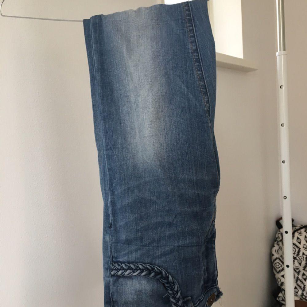 Jeans med slidte huller i bunden og flettet lomme. Køberen er ansvarlig for  forsendelse og ... 724203e4a1749