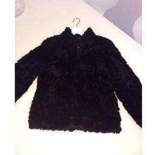 Hej! Säljer en fin pälsjacka från HM. Storlek 38 men det kan passa även en 36 beroende på hur man vill att den ska sitta :)