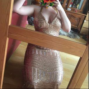 Balklänning från Rebecca stella! Köpt förra året, använd endast en gång under några enstaka timmar. Inget fel på den, fin
