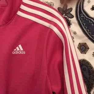 Adidas Original Jacka i Polyester. Den är i barnstolek men jag har vanligtvis storlek S, denna är lite kort i ärmarna så jag skulle säga att den passar XS