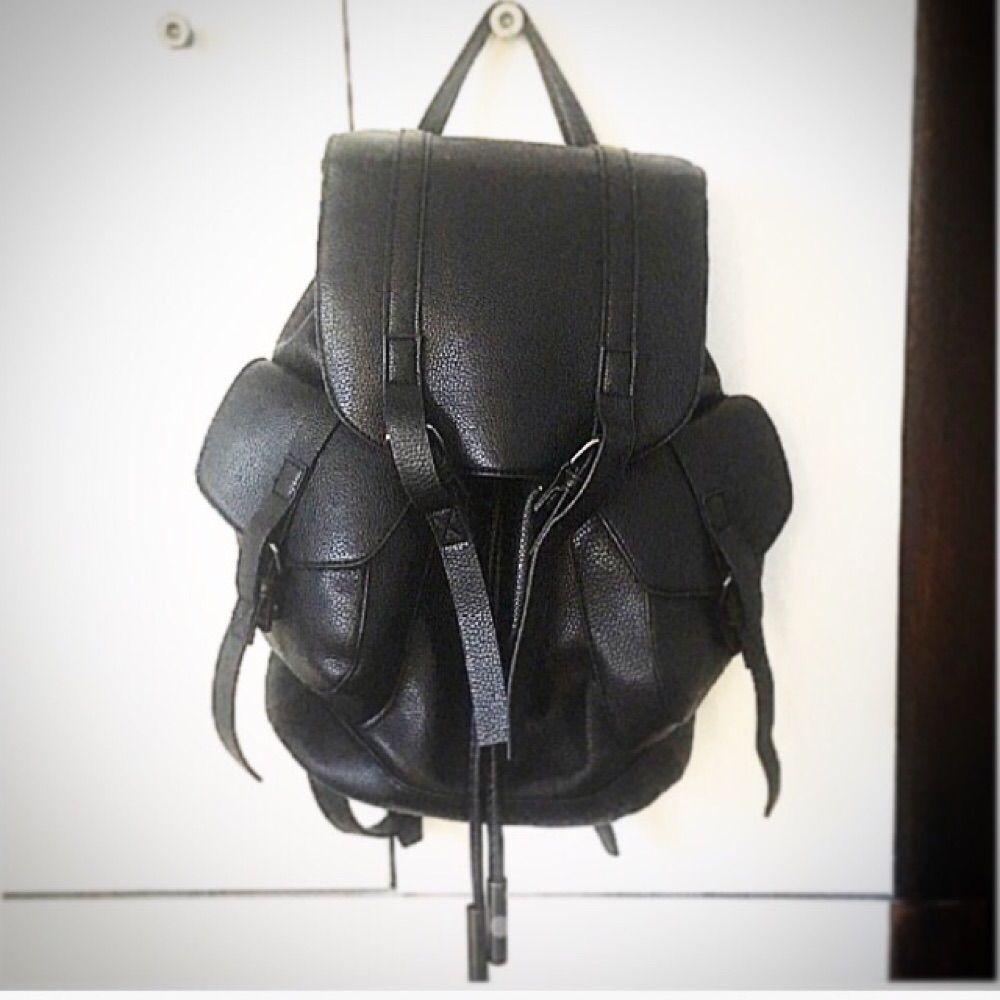 Ryggsäck i äkta skinn från Topshop. Nypris 800 kr. Har börjat släppa lite runt knapparna (se bild) men det är inget som syns när väskan är stängd. I övrigt väldigt fint skick! Köparen står för ev fraktkostnad ✨. Väskor.