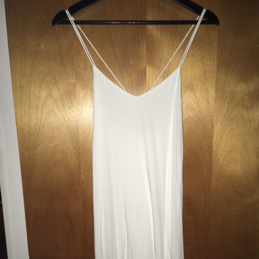 Superfin vit klänning, perfekt till studenten! Strl 36, endast använd vid ett tillfälle. 600kr, finns i Kungsbacka/Göteborg men kan även skickas! ☀️. Klänningar.
