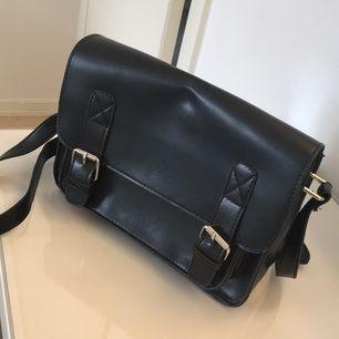 Svart (fake) skinnväska från glitter, med ett litet fack inuti och ett utanpå väskan. Använd en gång! :) H:17cm, L:24cm, B:8cm  (Frakten ingår i priset) Betalning: Swish