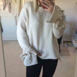Snygg stickad tröja från Zara med vida ärmar och en rosett