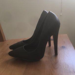 Oanvända svarta pumps från Nelly shoes, strl 36