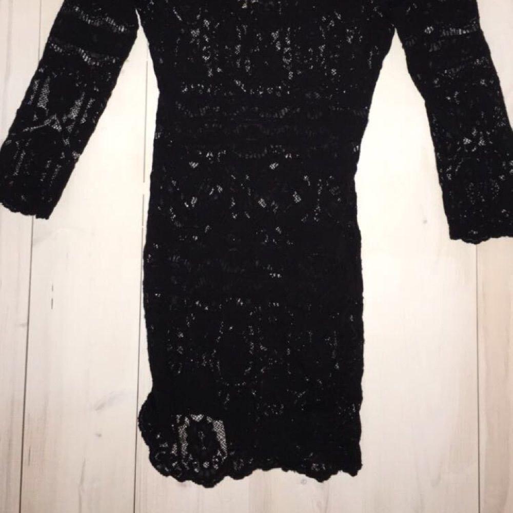 6a5339a42dc2 ... Snygg svart spetsklänning från Whyred. Utsåld direkt. En riktigt  klassisk LBD (little black ...