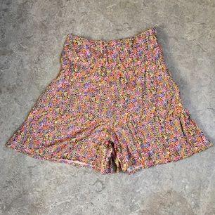 Somriga, höga, tunna shorts från HM divided. Har en dragkedja på sidan istället för resår. Frakten ingår i priset