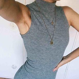 Tight poloklänning i ribbat, grått tyg. Använd en gång! Köparen står för frakten!! 🌟