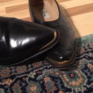 da8944aca93 Äkta rizzo läder skor med schysst gulddetalj i fram