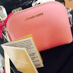 Helt ny mk Travel pouch i färgen misty rose Nypris 850 Fått i present och använder inte så vill sälja