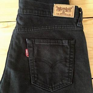 Svarta croppade Levis jeans i fint skick, fina sommar jeans då det är lite kortare ankeljeans :) vet inte exakt storlek då det inte står i jeansen, står stl 32 men tycker nog att de är 29-30 i midjan.  Kan skickas mot fraktkostnad eller hämtas.