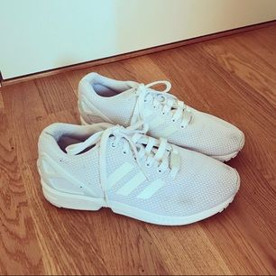Säljer mina Adidas flux. Jätte rena & fina (om man bortser från 2 fläckar, se bild 3) fläckarna är inte så synliga i verklighet & kan säkert försvinna med något fläckborttagning eller om dom tvättas. ✨