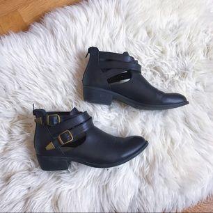 låga boots i läderimitation från okänd affär i USA (lol) med sidospännen. kan användas vår, sommar och höst! dragkedja baktill. bra skick! köparen står för frakt!🌻