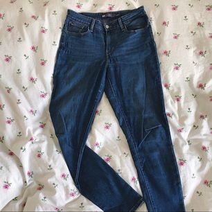 något hödmidjade, stretchiga jeans från levi's. märkta US 6/28 men passar 29-30 också! väldigt bekväma! frakt ingår i priset🌈