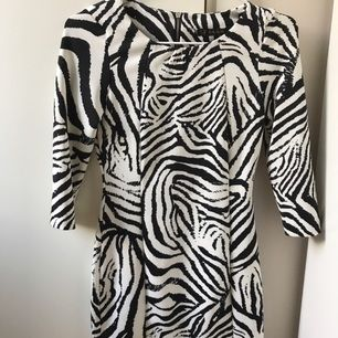 Zebra klänning från zara, knappt använd💕