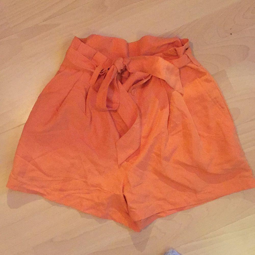 Short med kjol look Kommer från hm för ca två år sedan! Använda kanske tre gånger  har både bak och sidofickor, skärp i midjan, fin sommarfärg  OBS köpare betalar frakt . Shorts.