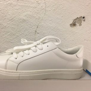 Vita trendiga och oanvända sneakers Inspirerade från exklusiva common projects. Skorna är märkta med 39 men är i strl 37. Därav för små för mig :(.