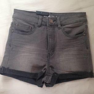Gråa high waisted jeansshorts från Never denim, köpta på BIK BOK. Aldrig använda, endast provat. Köparen står för frakten.