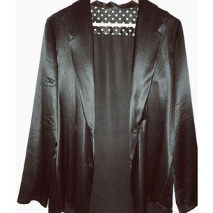 Oversized kavaj / skjorta hur man villl ha det .., ren siden så jävla snygg. Tyvärr föör stor för mig. Har hängt i garderoben tillräckligt länge nu för att jag ska ge upp tillväxt om ca 5 cm i längd)   Mkt sparsamt använd!   Stl 36  Färg svart   Porto om 60 kr tillkommer