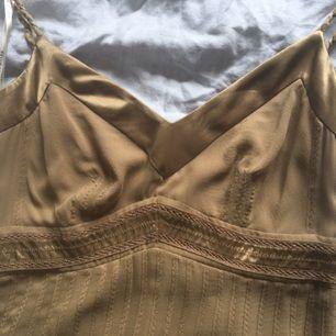 Klänning från Karen millen mkt dyr i inköp. Perfa för festligheter som bröllop dop student mm använd en gång på min bröllopsresa som middagsklänning  Färg guldig  Stl uk 10 men motsvarar mer en stl 36 lite stretching i materialet   100% silke   Porto tillkommer med 50kr
