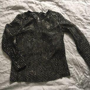 Glittrig blus skjorta silvertrådar /svart  & other stories  Stl 34  Använd fåtal ggr   Porto tillkommer med 35kr
